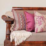 Sofa obita tkaniną od Niny Campbell - 422 zł/m, poduszki z kolekcji Talara tej samej marki - od 414 zł/m. MAGIC HOME