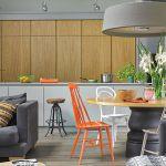 Sprzęty kuchenne ukryte są za fornirowanymi dębowym drewnem drzwiami.