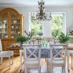 Stół i krzesła - Fabryka Wnętrz. Styl prowansalski – dom urządzony z wyczuciem i miłością