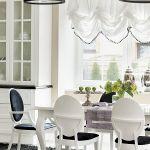 Stół i krzesła to projekt architektki. Czarne lampy nad wyspą - Leroy Merlin.