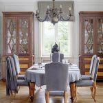 Stół rozkłada się na pięć metrów, ale do uroczystych kolacji siada zwykle nie więcej niż dziesięć osób.