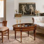 Stół-skrytka ma otwierany blat. Zrobiony jest z drewna orzecha, palisandru i róży, a do tego