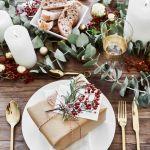 Stół wigilijny – dekoracja z prezentem, aranżacja