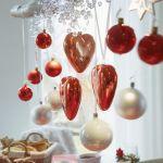 Stół wigilijny – dekoracje z bombkami