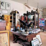 Studwudziestometrowa pracownia to wymarzone miejsce dla obrazów i orientalnej kolekcji.