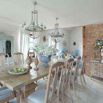 styl loftowy z francuską klasyką w jadalni