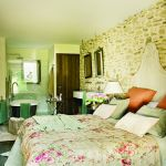 w rustykalnym stylu sypialnia tkanina kwiaty