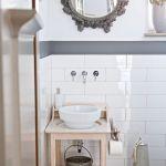Umywalka marki Catalano ustawiona na starym łazienkowym stoliku, który został wyczyszczony. Lustro kupione w galerii