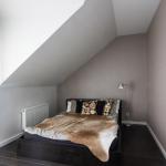 Sypialnia na piętrze. Jak urządzić dom pełen przestrzeni