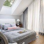 sypialnia w stylu skandynawskim na poddaszu