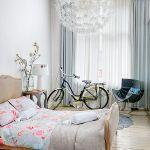sypialnia w stylu skandynawskim lampa