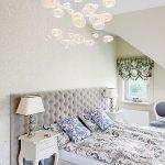 Tapeta nad łóżkiem, Eijffinger. Żyrandol - Lopez de Hierro, lampki na stolikach - Aimbry.