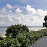 Taras to doskonały punkt widokowy. Drewniany dom nad morzem