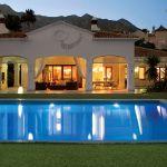 Taras to zarówno salon, jak i całodobowa jadalnia z widokiem na basen.