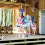 Taras z huśtawkami to ulubione miejsce zabaw dzieci. Olga i Anielka, córki malarza, bawią się z koleżankami pod czujnym