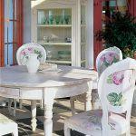 Tkanina obiciowa na krzesłach komponuje się z ornamentami na serwantce.