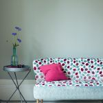 Tkaninę Maywood na obicie kanapy zaprojektowała Jane Churchill, HOME HOME