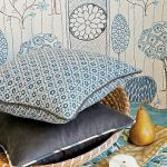 Tkaniny Zimmer+Rohde: bawełniana poduszka Charlotte od 274 zł, za tkaninę Ikat Tape zapłacimy od 408 zł, w tle