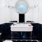 Toaleta dla gości została urządzona na zasadzie kontrastu - z czarnym marmurem i czarną posadzką.