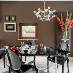 Trawertynowa podłoga w kuchni, holu i na schodach dodaje pomieszczeniom uroku.