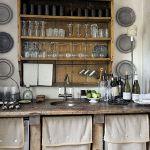 Typowe na południu Europy rozwiązanie: w szafkach lniane zaslony zamiast drewnianych drzwiczek.
