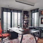 W gabinecie stoi lekkie biurko, kolorowe krzesło oraz minimalistyczne lampy biurkowe.