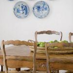 W jadalni stoi rzeźbiony stół i krzesła.
