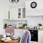 W kuchni niemal niepodzielnie panuje biel. Tylko stół i krzesła wyłamują się z kolorystycznej dyscypliny,