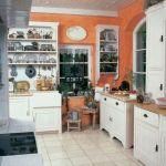 W kuchni znajduje się wiele dekoracyjnych drobiazgów.