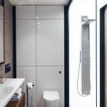 W łazience zamontowano podświetlany panel prysznicowy.