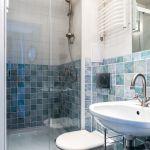 W małej łazience warto zdecydować się albo na prysznic, albo na niewielką narożną wannę.