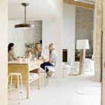 W otwartej kuchni i salonie dziennym rodzina spędza najwięcej czasu.