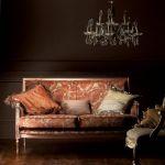 W pałacowych wnętrzach liczą się nie tylko meble, ale i tkaniny. Tutaj elegancję dwuosobowej kanapy