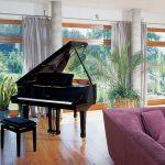 W przestronnym salonie stoi fortepian.