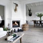 W salonie przeważają jasne kolory (biel, beże, barwy ziemi).