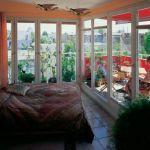 W sypialni wrażenie robi szklana ściana na taras.