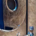 W toalecie uwagę skupia duże lustro Oskara Zięty wykonane ze stali nierdzewnej polerowanej.