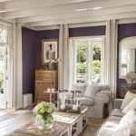 Ciemne ściany są idealnym tłem dla białych shuttersów i jasnych dodatków. Stoliki kawowe Château Chassigny