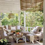 Weranda w prowansalskim stylu z rattanowymi meblami obsadzana została figowymi drzewkami i oleandrami.