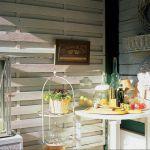 Wiklinowe dekoracje komponują się z drewnianymi ścianami.