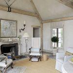 Wnętrza urządzone w europejskim stylu. Ściany są nierówne, jakby nadgryzione zębem czasu. Bielone belki –