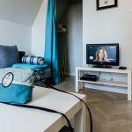 Wybór jasnych mebli i dodatków sprawi, że mieszkanie nie stanie się optycznie jeszcze mniejsze, a prosty ich dizajn nada