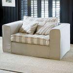 Wygodna sofa z poduchami marki Riviera Maison. SQUARE SPACE