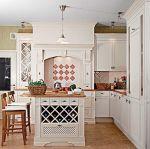York to kuchnia w stylu angielskim z obudowanym kominem i ciekawymi przeszkleniami szafek, Arino House
