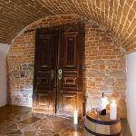 Z długiego korytarza wchodzi się do małych piwniczek, w których mąż pani Agnieszki trzyma ulubione