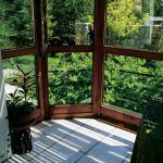 Z przeszklonego salonu rozpościera się widok na ogród.