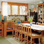 Za sprawą Karin Larsson drewniany dom stał się poligonem nowoczesnego jak na ówczesne czasy dizajnu.