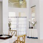 Żeby obniżyć strop projektant użył kilku sztuczek architektonicznych, np. niżej zamontowane karnisze.
