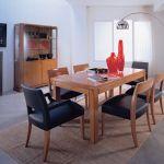 Zestaw Downtown - rozsuwany stół kosztuje od około 7400 zł, a krzesło - od około 1500 zł. Nad nimi