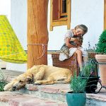 Zosia w towarzystwie psów. Domy rosną razem z dziećmi